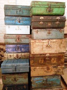 Oude kisten in een kleurtje steken om buitenspeelgoed in op te bergen.