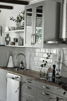 kök, vitt och grått, inredning, inspiration, gråa köksluckor, kök 2014, hth, vattenkanna, diskbänk, diskbänkar, bänkskiva, bänkskivor, vitt kakel, kakelplattor, kökskakel,