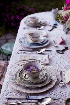 Beautiful table setting in lavender shades! (source: pinterest.com)