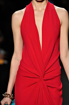 phe-nomenal: Diane von Furstenberg NYFW Fall 2012 rtw maybe my this year's Oscar couture? Red Fashion, Look Fashion, Fashion Details, High Fashion, Womens Fashion, Diane Von Furstenberg, Glamorous Chic Life, Glamour, Dress Picture