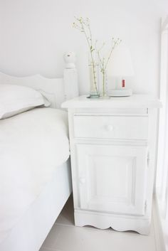 I love how all the white blends and merges, creating less visual clutter.  #dream #home For guide + advice on lifestyle, visit www.thatdiary.com