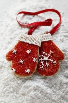 mitten Christmas cookie inspiration   |   via Pour Femme