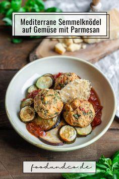 Italien auf dem Teller: Mediterrane Semmelknödel auf Gemüse mit Parmigiano Reggiano sind mein Geheimtipp für den Sommer - meine Knödel backe ich im Ofen. #veggie #vegetarisch #semmelknödel #knödel #zucchini #aubergine #tomatensauce #italienisch #mediterran