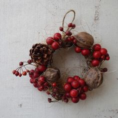真っ赤なサンキライの実とくるみ、松ぼっくりのシンプルなミニリースです。実物がころんころんとして・・・かわいらしいのです。花材:サンキライ くるみ 松ぼっくり ... ハンドメイド、手作り、手仕事品の通販・販売・購入ならCreema。