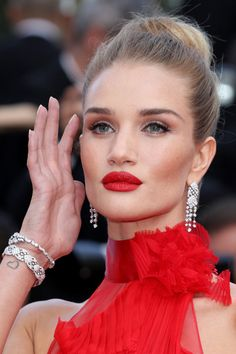 Model Rosie Huntington-Whiteley attends 'The Unknown Girl (La Fille Inconnue)' Premiere during the annual Cannes Film Festival at the Palais des Festivals on May 2016 in Cannes, France. Red Dress Makeup, Red Lips Makeup Look, Red Carpet Makeup, Red Carpet Hair, Makeup Looks, Ysl Beauty, Hair Beauty, Rosie Huntington Whiteley Makeup, Rosie Whiteley