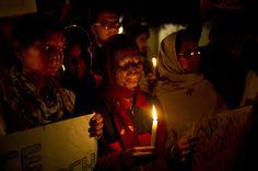 Para korban serangan zat asam pekat (acid) ikut melakukan unjuk rasa untuk memrotes kekerasan terhadap perempuan di New Delhi, India.