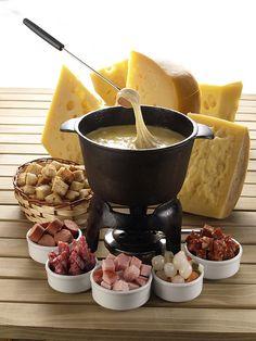 Chocolate fondue date fun ideas Fondue Recipes, Appetizer Recipes, Dessert Recipes, Cooking Recipes, Copycat Recipes, Fondue Raclette, Beer Cheese Fondue, Raclette Party, Fondue Party