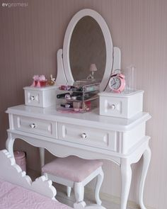 Pasteller ile huzur dolu ve hafif bir his. Waschtisch, Schlafzimmer, Pink, Country This image has get Kids Bedroom Furniture, Home Decor Furniture, Furniture Makeover, Girl Bedroom Designs, Girls Bedroom, Decoration Bedroom, Country Decor, Bedroom Country, Girl Room
