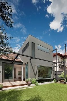 Situated in Melbourne, Australia, this modern personal residence was utterly redesigned by Robson Rak Architects and Made by Cohen. Visit Robson Rak Architects & Made by Cohen Traditional Exterior, Modern Exterior, Interior Exterior, Exterior Design, Amazing Architecture, Contemporary Architecture, Interior Architecture, Melbourne Architecture, Beautiful Interiors