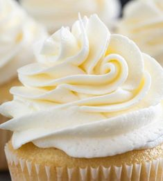This Vanilla Buttercream Frosting is truly the best .You won't be disappointed in the light, creamy texture of this basic frosting recipe. Buttermilk Frosting, Vanilla Buttercream Frosting, Butter Icing, Cookie Frosting, Tasty Chocolate Cake, Chocolate Flavors, Icing Recipe, Frosting Recipes, Cupcake Recipes