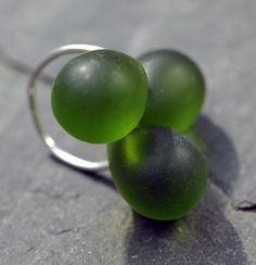 Zelený prstýnek R0139G Prstýnekze zelenýchslzičkových korálku. Velikost One size