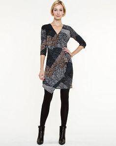Robe enveloppe en tricot d'aspect tweed - On craque pour l'imprimé moderne de style patchwork et l'ourlet asymétrique de cette robe en tricot d'aspect tweed fabriquée au Canada.