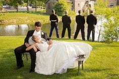 Padrinhos e o Noivo abusando da criatividade e bom humor nas fotos para o casamento