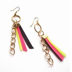 Aros con cadenas dorada colgantes y cintas gross de seda.  Combinación de color negro, amarillo y fluo fucsia.