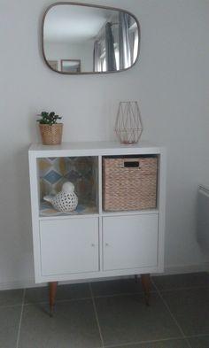 A trendy shelf for a small price! Source by bidouillesikea Ikea Inspiration, Living Room Inspiration, Ikea 4 Cube, Ikea Eket, Ikea Kallax, Furniture Removal, Ikea Furniture, Canto Bar, Living Room Decor Colors