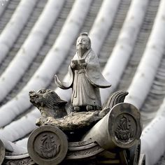 Деталь черепичной крыши храма в Киото: бессмертный небожитель сянь верхом на черепахе долголетия #мидокоро #мимими #midokoro #япония #киото #чекаев #туроператор #поехали #вяпонию #черепица #крыши #прогулки #прогулкипогороду #прогулкипокиото #детали #черепаха