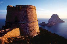 Cabo del Jueu (España)  «Existe un lugar en Ibiza con magia, alejado de los ruidos de la ciudad y casi desierto. Se llama Torre del Pirata y es un mirador que se encuentra a 200 metros de altura entre el mar y el cielo». Las vistas desde este acantilado en San José, Ibiza, frente al islote de Es Vedrá, son únicas. Te gustará el hotel Hacienda Na Xamena.