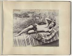 Portret van een jonge halfnaakte Indische vrouw liggend op een divan, mogelijk op Sumatra, Anonymous, , c. 1895 - c. 1905