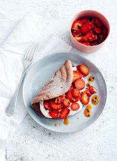 Doppelrolle: Schokoladiger Biskuit tarnt sich als Omelette und dient fruchtigem Erbeer-Passionsfrucht-Salatmit Vanillesahne als süßes Parkett.