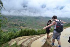 De meeste reizigers beginnen hun Vietnam rondreis in het noorden van het land. Daar kun je lokale bergvolkeren leren kennen door met een van hen een trekking van een aantal dagen te doen. Niet alleen de omgeving en uitzichten maar ook de verhalen maken indruk, zo lopend over een randje van een rijstveld uitkijkend over de bergen.