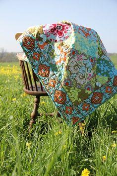 Wunderschöne Quilt-Decke aus Amy Butler Stoffen. Die Stoffe als Jelly Roll bei uns erhältlich! Amy Butler, Lap Quilts, Quilt Patterns Free, Crafty Craft, Color Combos, Interior Inspiration, Fabric Design, Diy Crafts, Campervan