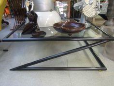 Salontafel met zwarte buizenframe en glazen plaat. Afmetingen ongeveer ...