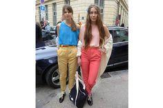 Pantalones pinzados en colores y abotinados con zoquetes a la vista. Foto:Agustina Garay Schang