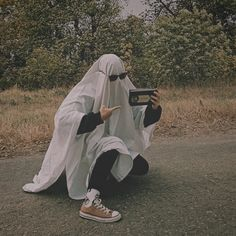 Ghost Photography, Aesthetic Photography Nature, Ghost Boy, Cute Ghost, Black Aesthetic Wallpaper, Aesthetic Wallpapers, Wallpaper Iphone Cute, Cute Wallpapers, Sheet Ghost