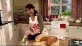 Een eigen gemaakt spiegel ei is het lekkerste op een eigen gemaakt brood. En op #Moederdag kun je je eigen moeder hiermee flink verwennen. Leer hier hoe je een eigen (krenten)brood maakt.