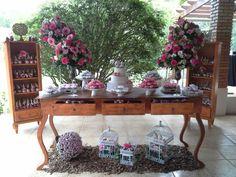 Mesa de bolo rústica tons e sobretons de rosa