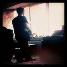 room windows studio reherasal guitarist standing player guitar stuff music mobile phone photo instagram dwd zlkwsk
