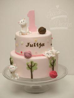 Girly Kitty Cake by TORTE - Jagode in Dinozavri - love the cats & balls of yarn!