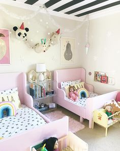 shared girl bedroom decor with pink beds Small Girls Bedrooms, Cool Kids Bedrooms, Kids Bedroom Designs, Little Girl Rooms, Kindergarten Classroom Decor, Toddler Rooms, Kids Rooms, Kids Bedroom Ideas, Kid Decor