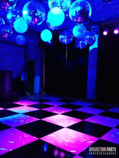 disco balls 2-image   j'ai choisis cette photos car elle comporte plusieurs même éléments comme le brillant des boules de disco le bleu sur fond noir