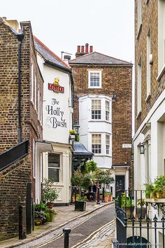 The Holly Bush pub in Hampstead, London is one of the prettiest pubs in the city. #pub #london #hampstead