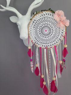 Attrape rêves / dreamcatcher / attrapeur de rêves en dentelle, plumes et perles bois : Décorations murales par marcelmeduse