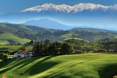 The best of the Basque Country France (yes it's not just Spain!)-Elegant seaside resorts, picturesque mountain villages, deep-rooted traditions, festive spirit ... the Northern Basque Country deploys all its facets between ocean, green hills and Pyrenees. Browse it through 30 iconic sites. © Tilio & Paolo - Fotolia.com
