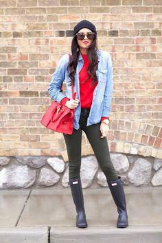Roter Pullover mit Rundhalsausschnitt, Hellblaues Jeanshemd, Olivgrüne Enge Jeans, Dunkelblaue Gummistiefel für Damen