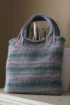 (Need to have a ravelry acct to see pattern) Two-Color Tunisian Crochet Tote by Lion Brand Yarn chaosandconfetti's tasteful representation [free pattern] reference also linen stitch this is Two-Color Tunisian Crochet Tote Tunisian crochet bag idea - My Wo Bag Crochet, Crochet Shell Stitch, Crochet Handbags, Crochet Purses, Crochet Crafts, Crochet Projects, Free Crochet, Crochet Lion, Crochet Geek