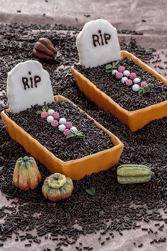 """Le #dolci #tombe di #halloween sono un """"trick or treats"""" perfetto per festeggiare la notte più misteriosa e speventosa dell'anno! #biscotti, #cioccolato e #budino non sono mai stati così buoni! Non sono perfette per creare un'inquietante atmosfera?? #ricetta #GialloZafferano #halloweenrecipe #grave #trickortreats"""