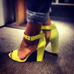Duduyemi se va de compras para buscar el calzado de #moda de este verano! #Sandalias muy cómodas y de última tendencia by #Stradivarius #flúor #neon #yelollow #shoes #zapatos #fashion #mujer #coolhunter #estilista