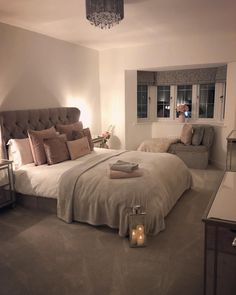 Our bedroom looking this cosy when it's cold outside is exactly what I need! - Home sweet Home - Bedroom Decor Teen Room Decor, Room Ideas Bedroom, Home Decor Bedroom, Living Room Decor, Master Bedroom, Bedroom Ideas Creative, Square Bedroom Ideas, Woman Bedroom, Bedroom Sets