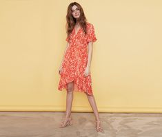 This new feminine Soaked in Luxury summer dress is cut from a soft and delicately structured fabric with a curve-hugging silhouette, wrap effect, an all-over print, wide sleeves and a matching string detail at the waist. Silhouette, Luxury Shop, Short Sleeve Dresses, Feminine, Summer Dresses, Fabric, Sleeves, Shopping, Fashion
