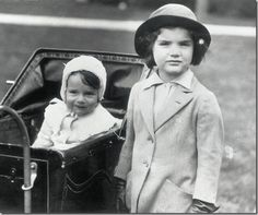 """Caroline Lee Bouvier, here with her older sister Jacqueline Lee Bouvier. While Jackie looked exactly like her namesake and father John Vernou """"Black Jack"""" Bouvier, III, her baby sister Lee resembled. Jacqueline Kennedy Onassis, John Kennedy, Jackie Kennedy Sister, Les Kennedy, Jaqueline Kennedy, Lee Radziwill, Edith Bouvier Beale, Edie Beale, Caroline Lee"""