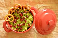 An avocado spread with pomegranate seeds is very healthy, so try to include as much avocado as possible in your diet Avocado Spread, Pomegranate Seeds, Guacamole, Appetizers, Diet, Healthy, Ethnic Recipes, Food, Appetizer