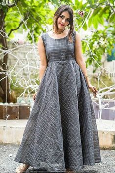 Fashion tops blouse - Beat the Heat with Linen Sarees Long Dress Design, Dress Neck Designs, Designs For Dresses, Kurti Designs Party Wear, Kurta Designs, Long Gown Dress, Long Frock, Frock Dress, Long Dresses