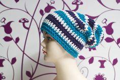 Ausgefallene Mütze im Boshi-Style.     Farben: petrol - weiß - dunkellila