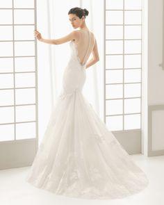 DON traje de novia con cuerpo de encaje pedrería y falda de encaje y tul.