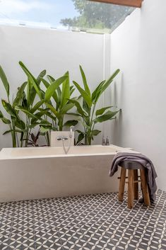 It's not easy to combine a house made for entertainment but also completely targeted for families with young children. But Villa JOJU has managed to do both. Bali House, Outdoor Bathrooms, Outdoor Baths, Bad Inspiration, Bathroom Inspiration, Tv In Bedroom, Tropical Houses, Bathroom Interior Design, Home Design