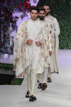 How amazing does this ivory off white floral sherwani look. Perfect groomswear look we think. From the collection Vintage Garden by Varun Bahl #frugal2fab